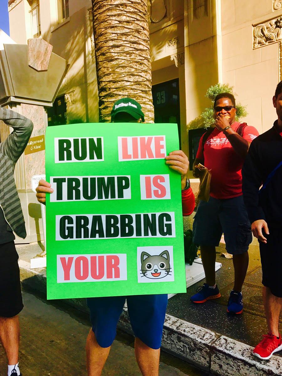 Panneaux humoristiques et polémiques lors du marathon de Los Angeles