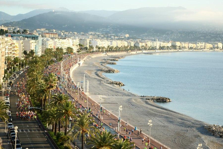 Marathon des Alpes-Maritimes : passage sur la Promenade des anglais